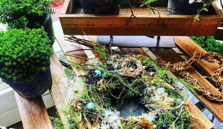 Stolek s podzimním venečkem / pozimní výzdoba