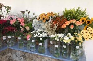 Část vystavených řezaných květin na vázání