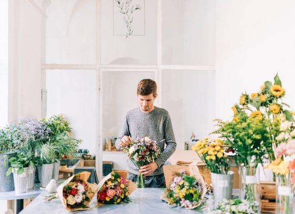 Florista připravuje kytice