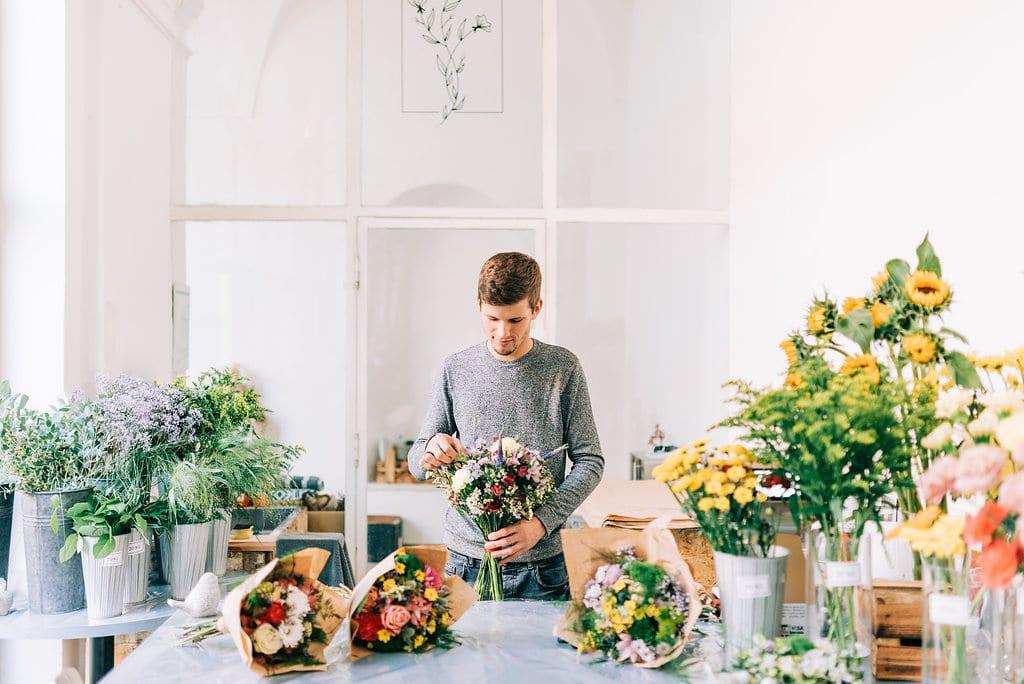 Florista Tom připravuje kytice