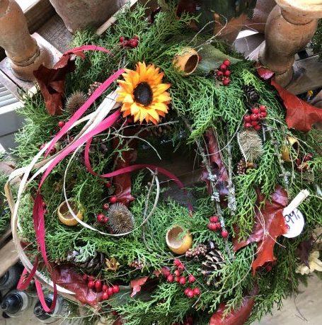 Dušičkový věVšechny dušičkové věnce, srdíčka a kříze ručně zdobí naši floristé Květinářství GALERIE Brnonec z Květinářství GALERIE