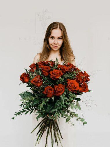 Kytice červených růží dozdobených zelení - eshop Brno