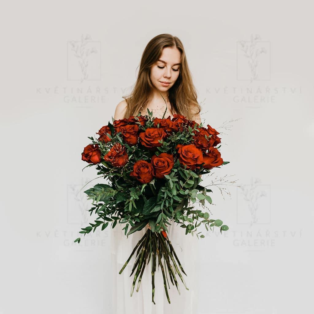 Kytice červených růží dozdobených zelení - donáška Brno