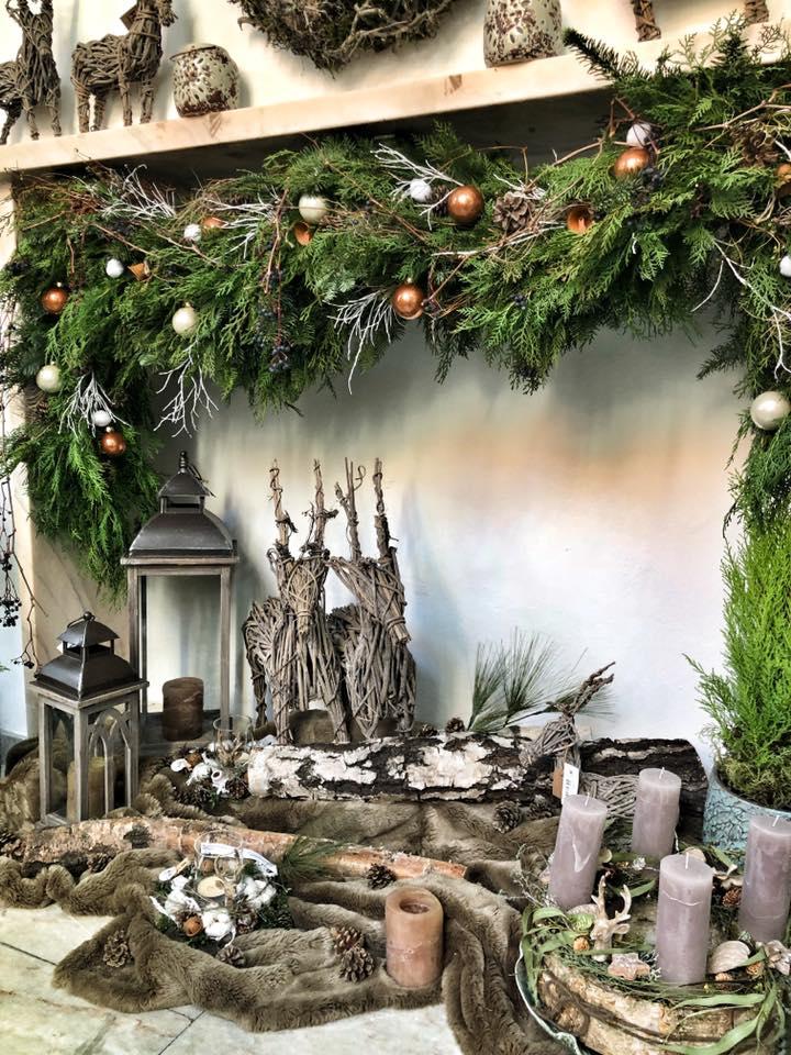 Vánoční gerlanda v interieru Květinářství GALERIE