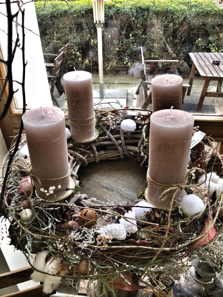 Další z nabídky adventních věnců - ručně zdobený a s kvalitnými svíčkami