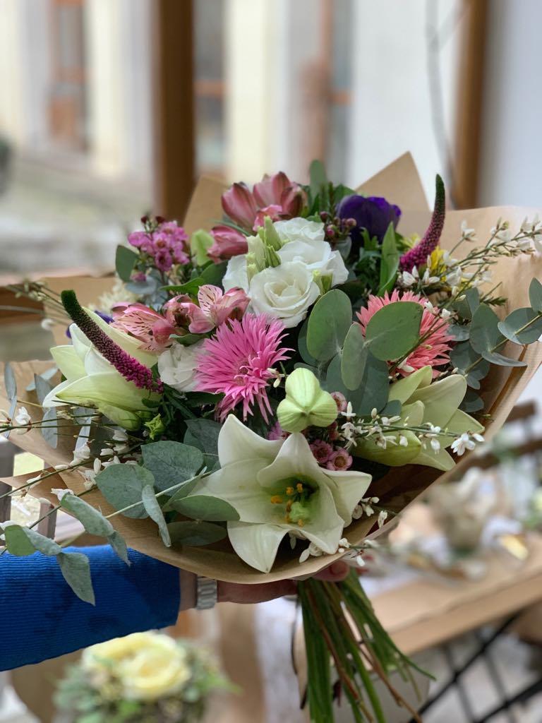 Vícebarevná kytice - poslat kurýrem Brno