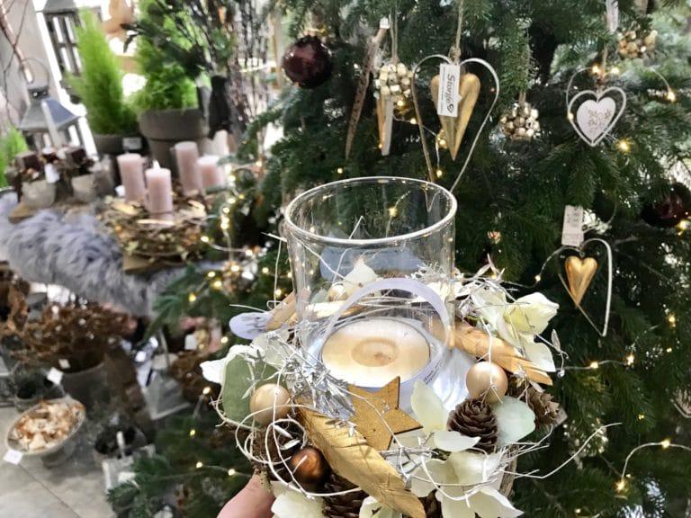 Drobný ručně zdobený sváteční svícen z Květinářství GALERIE Brno
