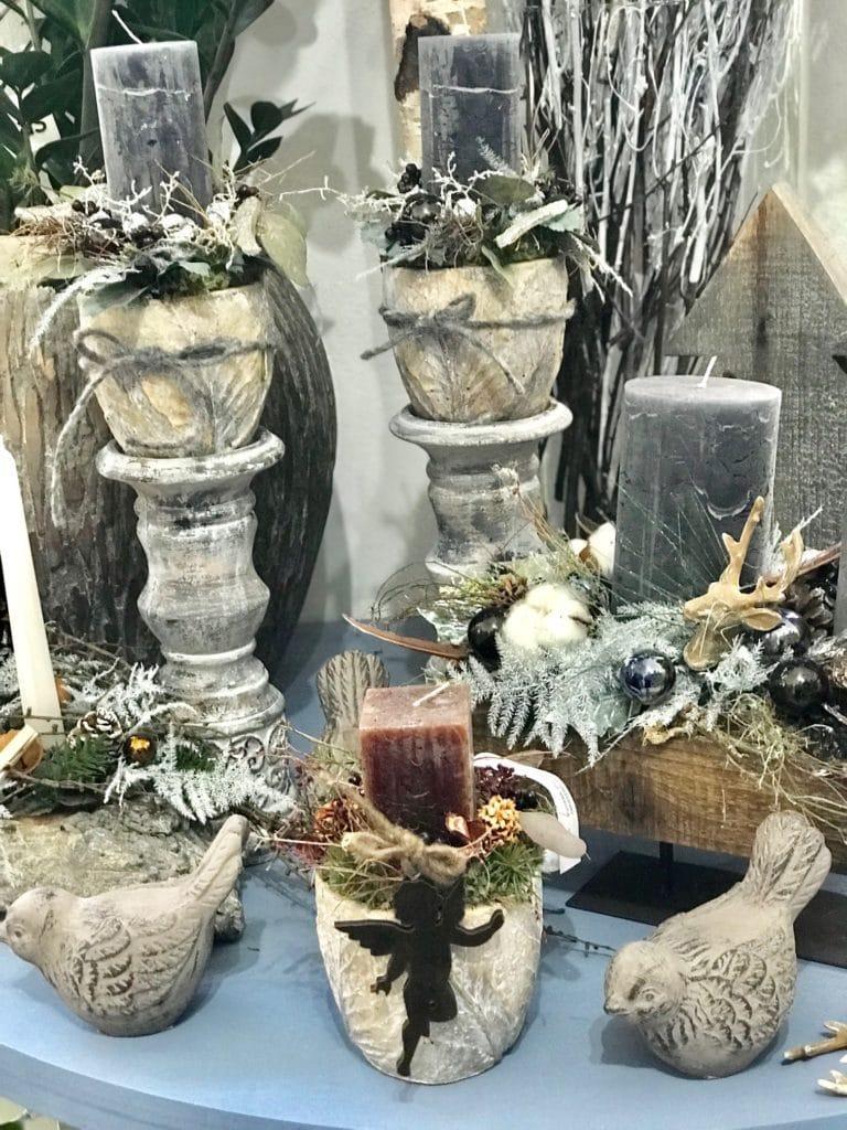 Vánoční dekorace a svícny na keramických stojanech.