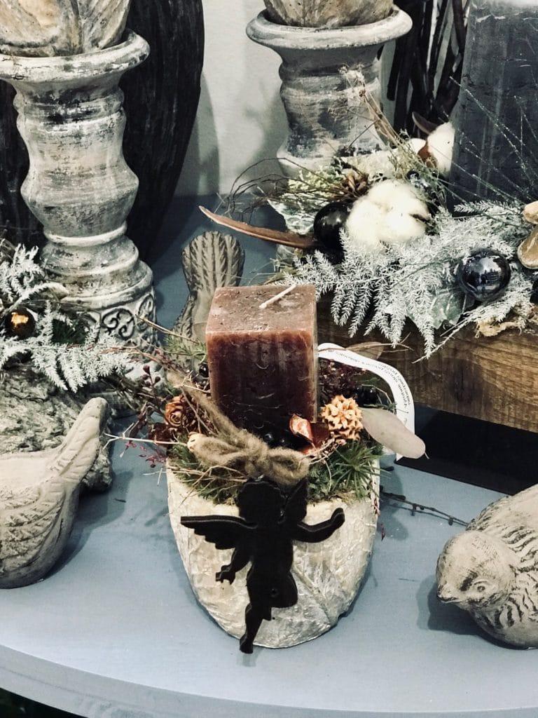 Sváteční svícen s andelíčkem.