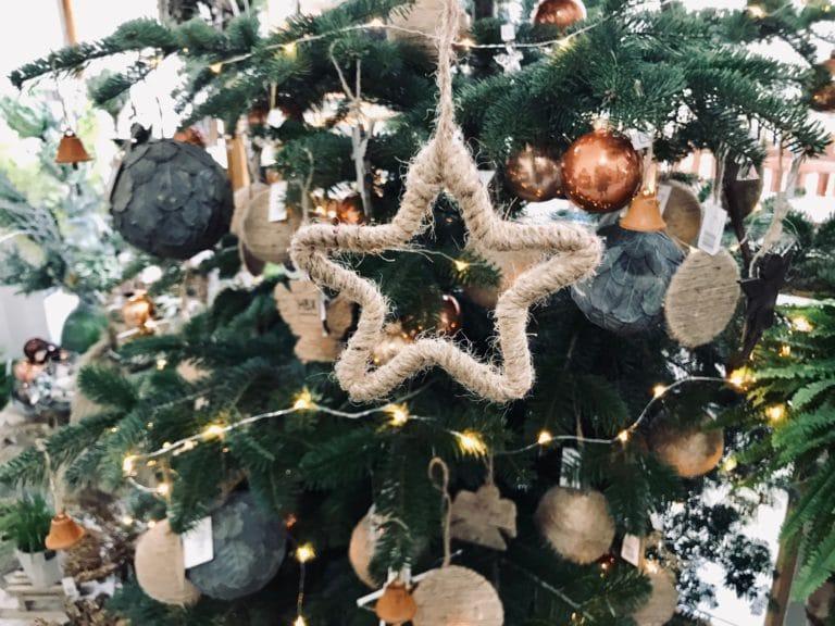 Motaná vánoční ozdoba na stromečku.