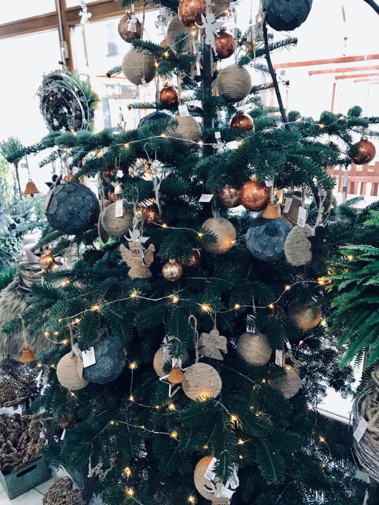 Vánoční stromeček s přírodními ozdobami.