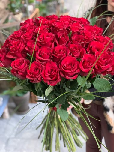 Pugét z 30, 50 nebo 100 rudých růží
