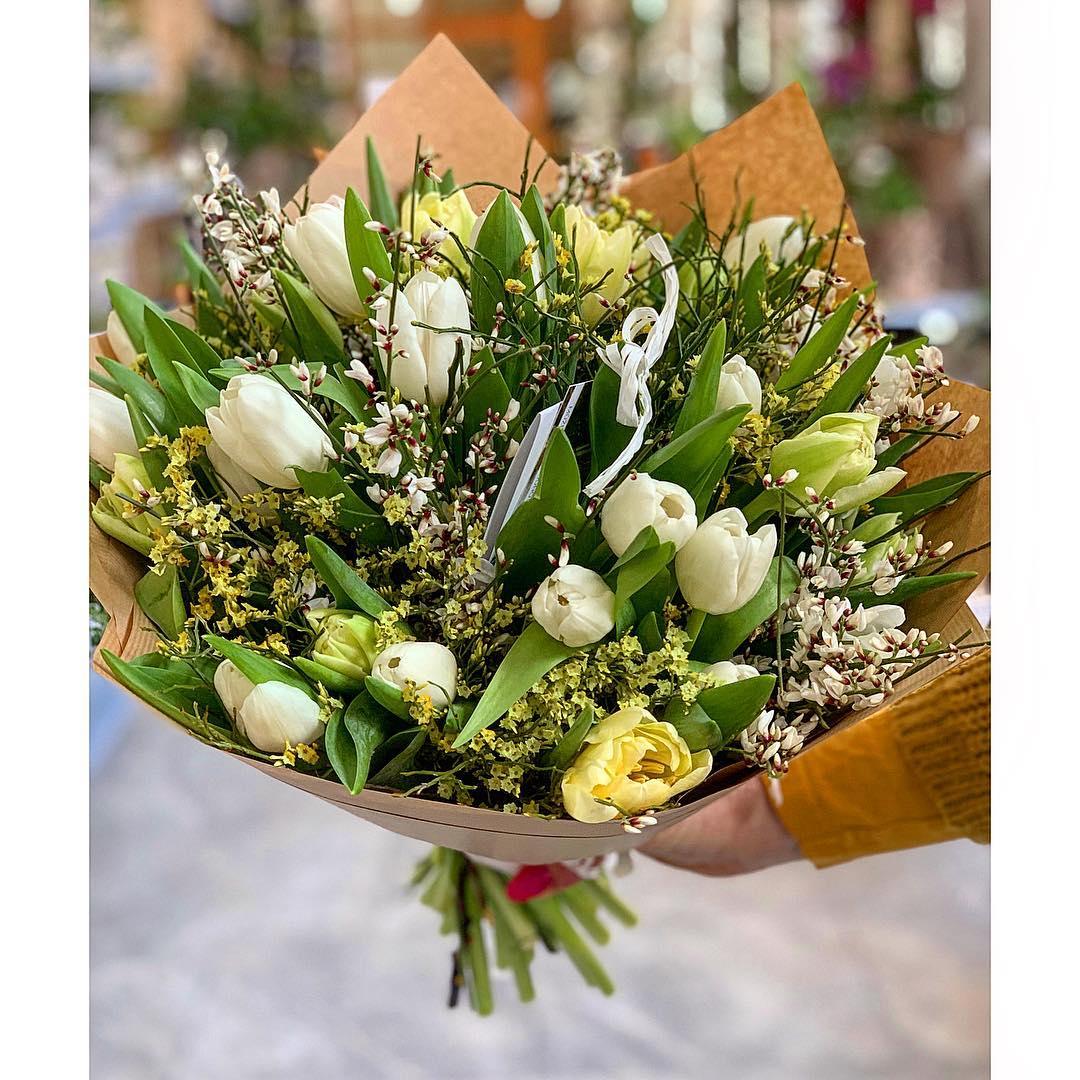 Dozdobená kytice tulipánů
