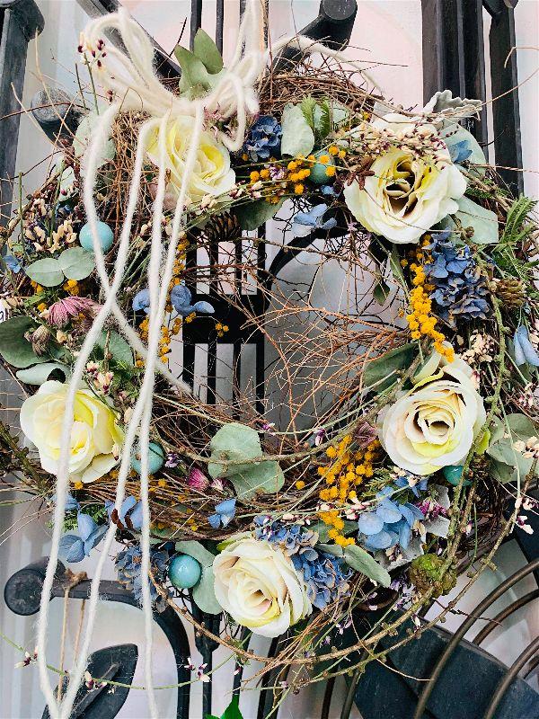 Všechny jarní věnce jsou ručně zdobené floristy Květinářství GALERIE Brno