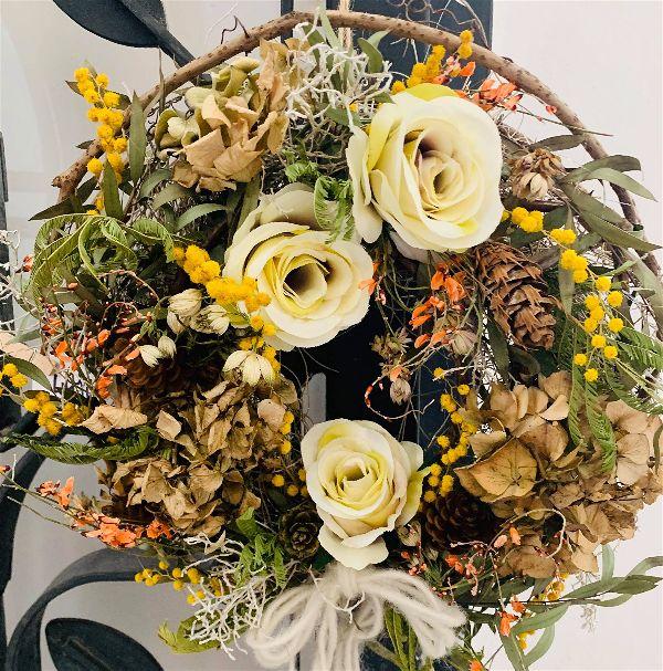 Jarní venec ze sušeného kvítí a umělých květů | Květinářství GALERIE Brno