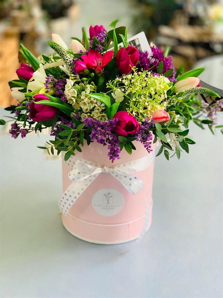 Vícebarevný flowerbox ve vysoké růžové krabici