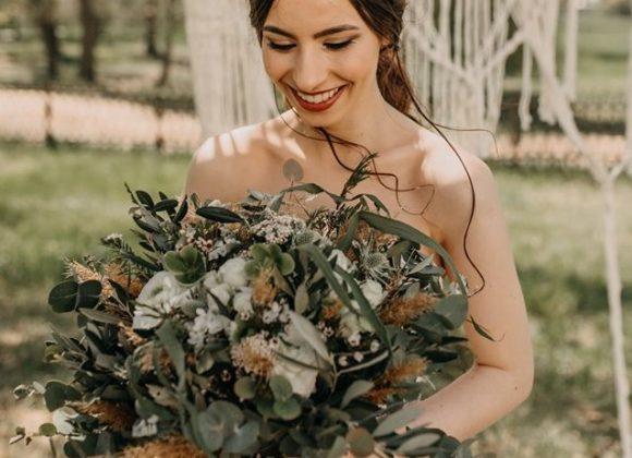Luční květiny na svatbě nebo svatební kytice ve stylu boho