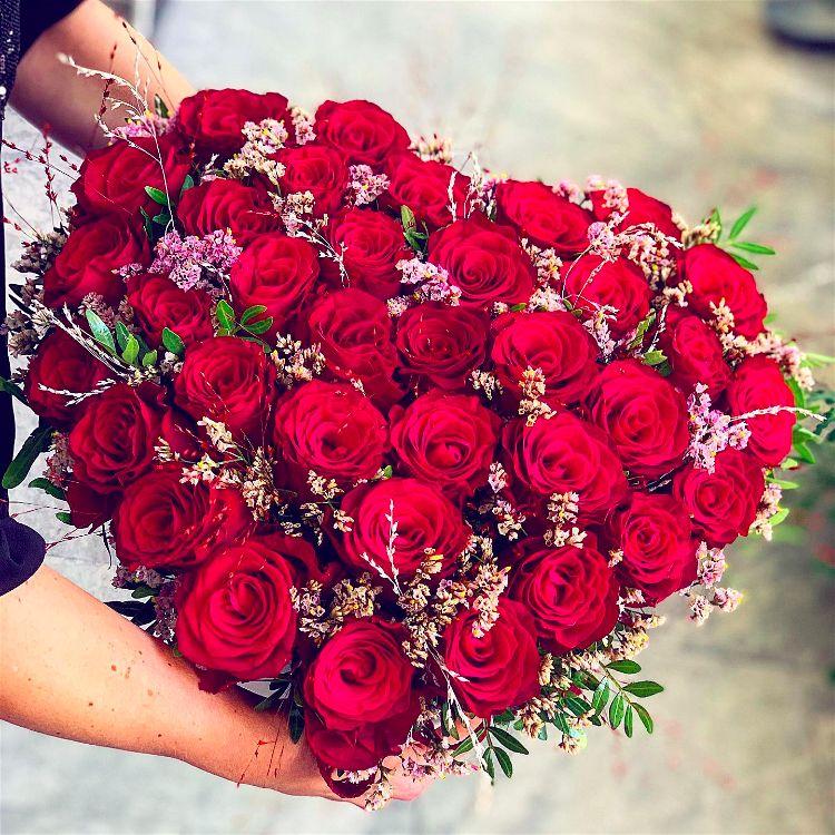 Květinový box ve tvaru srdce plný červených růží